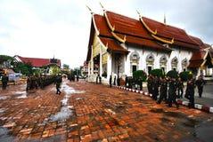 I militari nel tempiale tailandese fotografia stock