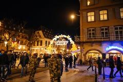 I militari sorvegliano il mercato surveilling Francia di Natale Fotografia Stock Libera da Diritti