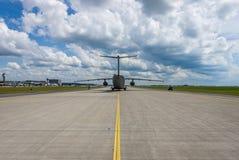 I militari trasportano gli aerei Antonov An-178 sulla pista di rullaggio Fotografia Stock Libera da Diritti