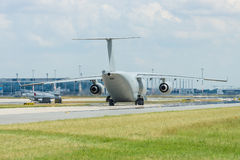 I militari trasportano gli aerei Antonov An-178 sulla pista di rullaggio Fotografie Stock Libere da Diritti