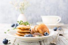 I mini pancake olandesi hanno chiamato i poffertjes Immagine Stock Libera da Diritti