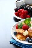 I mini pancake olandesi hanno chiamato i poffertjes con le bacche Immagini Stock Libere da Diritti