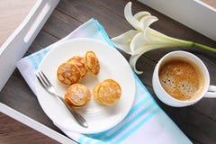 I mini pancake olandesi hanno chiamato i poffertjes Immagine Stock