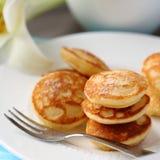 I mini pancake olandesi hanno chiamato i poffertjes Fotografia Stock