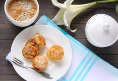 I mini pancake olandesi hanno chiamato i poffertjes Immagini Stock Libere da Diritti