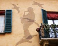 I minne av Lucio Dalla spikar den berömda italienska sångaren, konturn som göras med, på väggen av hans hus i bolognaen arkivfoton