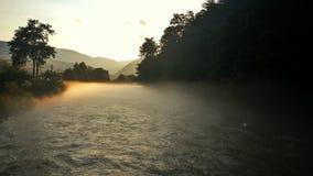 I mitt av floden Arkivfoton