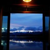 I mitt rum, när jag är öppen dörren, möter jag den blåa himlen royaltyfria foton