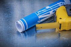 I modelli blu legano la linea con un nastro sulla costruzione metallica co del fondo Fotografia Stock