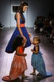 I modelli camminano la pista alla sfilata di moda di Raul Penaranda Fotografia Stock Libera da Diritti