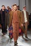 I modelli camminano la pista che indossa Perry Ellis Fall 2015 Fotografia Stock Libera da Diritti