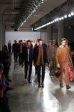 I modelli camminano la pista che indossa Perry Ellis Fall 2015 Immagine Stock Libera da Diritti