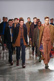 I modelli camminano la pista che indossa Perry Ellis Fall 2015 Fotografia Stock