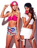 I modelli castana e biondi nel rnb disegnano i vestiti Fotografie Stock