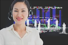 i modelli che indossano la testa del micro hanno messo contro il fondo dei grafici Immagine Stock