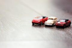 I modelli classici dell'automobile hanno allineato su un fondo di legno Fotografia Stock