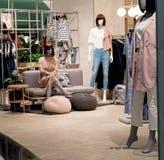I modelli della ragazza visualizzano i vestiti di modo nel centro commerciale Immagine Stock