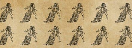 I modelli delle insegne con un paio del ` s delle donne incuneano le scarpe Fotografia Stock Libera da Diritti