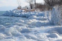 I modelli di spruzzo ghiacciano sui massi e sugli alberi Fotografie Stock