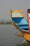 I modelli dipinti decorano la prua di una navigazione della barca su un fiume vicino alla tonalità (Vietnam) Fotografia Stock