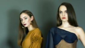 I modelli durante il primo piano di settimana di modo posano sulla parete del fondo al tiro di foto stock footage