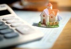 I modelli ed i calcolatori domestici hanno messo sopra il bookbank, soldi di concetto per comprare Fotografia Stock Libera da Diritti