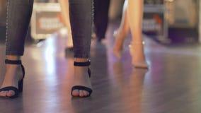 I modelli femminili camminano la pista durante la manifestazione, le gambe e le scarpe di settimana di modo soltanto al rallentat archivi video