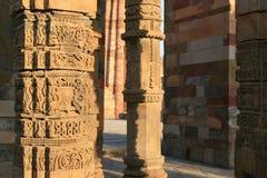 I modelli floreali e geometrici sono stati scolpiti sulle colonne a Qutb minar a Nuova Delhi (India) Immagini Stock
