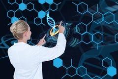 I modelli medici sta esaminando i grafici contro il fondo del DNA Immagine Stock