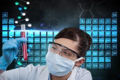 I modelli medici sta tenendo una provetta contro gli ambiti di provenienza dei grafici del DNA Immagine Stock Libera da Diritti