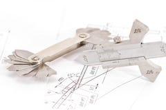 I modelli per controllo visivo di misura sono sul tubo del disegno Immagini Stock Libere da Diritti