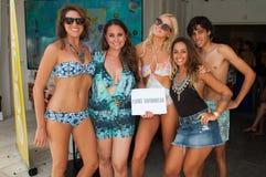 I modelli posano in abito di nuotata dei progettisti di Lume durante la presentazione di modo di Mohini Fotografia Stock Libera da Diritti