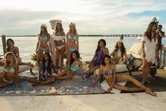 I modelli posano in all'abito di nuotata del progettista durante la presentazione di modo di Bunny Swimwear della spiaggia Immagini Stock Libere da Diritti