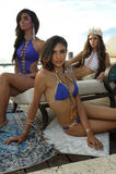 I modelli posano in all'abito di nuotata del progettista durante la presentazione di modo di Bunny Swimwear della spiaggia Fotografie Stock Libere da Diritti