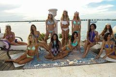 I modelli posano in all'abito di nuotata del progettista durante la presentazione di modo di Bunny Swimwear della spiaggia Fotografia Stock