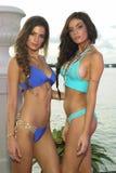 I modelli posano in all'abito di nuotata del progettista durante la presentazione di modo di Bunny Swimwear della spiaggia Immagine Stock