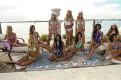 I modelli posano in all'abito di nuotata del progettista durante la presentazione di modo di Bunny Swimwear della spiaggia Fotografia Stock Libera da Diritti