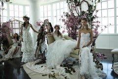 I modelli posano durante la presentazione nuziale della primavera di Marchesa/alte mode dell'estate 2018 Fotografia Stock