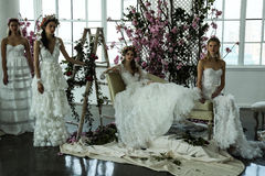 I modelli posano durante la presentazione nuziale della primavera di Marchesa/alte mode dell'estate 2018 Immagini Stock