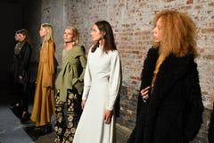 I modelli posano sulla pista alla presentazione di Beaufille Fotografie Stock