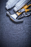 I modelli rotolati inscatolano il martello da carpentiere delle pinze dei colpi di forbici sopra Fotografia Stock