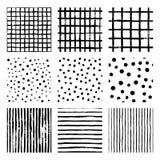 I modelli senza cuciture determinati della mano di vettore in bianco e nero di tiraggio barrano la striscia, la griglia, pois illustrazione vettoriale