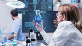 I modernt laboratorium ett lag av forskaren som analyserar några prövkopior arkivfilmer