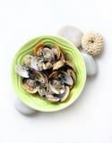 I molluschi hanno cucinato il vino bianco, erbe immagini stock