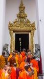 I monaci buddisti entrano in Wat Pho Immagine Stock Libera da Diritti