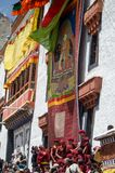 I monaci buddisti rivelano il Thangka- una pittura buddista tibetana di Lord Padmashambhava Immagine Stock Libera da Diritti