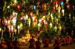 I monaci buddisti si siedono meditare sotto un albero di Bodhi al tempio di Wat Pan Tao fotografia stock libera da diritti