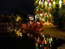 I monaci buddisti si siedono meditare sotto un albero di Bodhi al tempio di Wat Pan Tao immagine stock