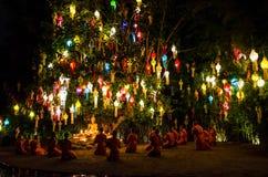I monaci buddisti si siedono meditare sotto un albero di Bodhi Wat Pan Tao tempio al novembre 2015 in Chiang Mai, Tailandia immagine stock libera da diritti