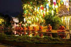 I monaci buddisti si siedono meditare sotto un albero di Bodhi Wat Pan Tao tempio al novembre 2015 in Chiang Mai, Tailandia fotografie stock libere da diritti